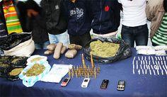 Caen presuntos miembros de banda que traficaba droga en nueve comunas de Cali. La banda, al parecer, compraba la droga en el Cauca y la vendía en la capital del Valle del Cauca:   http://www.elpais.com.co/elpais/judicial/noticias/carcel-presuntos-miembros-banda-traficaba-marihuana-cali