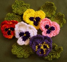 Pansies A wonderful site with lots of loom knitting patterns Loom Flowers, Knitted Flowers, Crochet Flower Patterns, Crochet Motif, Loom Knitting Projects, Loom Knitting Patterns, Yarn Projects, Crochet Projects, Knitting Looms