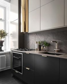 A good number of black kitchens are slowly appearing in homes as it is a classic and stylish color that evokes feelings of elegance and sophistication. It is also a suitable color for your living room, so, if you want… Continue Reading → Kitchen Cabinet Design, Interior Design Kitchen, Kitchen Decor, Kitchen Ideas, Deco Design, Küchen Design, Black Kitchens, Home Kitchens, Rose Gold Kitchen