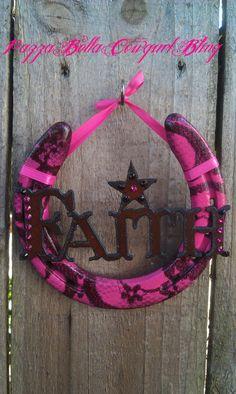 Summers SC horseshoe possible idea Horseshoe Projects, Horseshoe Crafts, Horseshoe Art, Horseshoe Ideas, Horseshoe Necklace, Western Crafts, Country Crafts, Western Decor, Art Projects