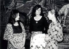 """Spiegel.de: """"Leakey's Angels: Die drei jungen Frauen Birute Galdikas, Dian Fossey und Jane Goddall (v.l.) waren vom Paläoanthropologen Richard E. Leakey ausersehen worden, Menschenaffen zu beobachten, finanziert von der National Geographic Society. Leakey entsandte Goddall als Erste, um Schimpansen zu erforschen. Weil dieser Auftrag so erfolgreich verlief, schickte er auch Fossey und Galdikas los."""" Fossey erforschte Gorillas - Galdikas Orang-Utans."""