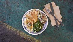 Sild Aleppo er en sildesalat med tilbehør fra Midtøsten. Server sildesalaten med Baba Ganoush som er en auberginedip og Tabbouleh som er en bulgursalat.