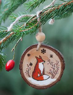 The Effective Pictures We Offer You About Diy Wood Ornaments christmas A quality picture can tell yo Diy Christmas Ornaments, Homemade Christmas, Christmas Projects, Holiday Crafts, Christmas Bulbs, Christmas Decorations, Xmas, Wood Burning Crafts, Wood Burning Patterns