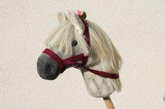 Welches Kind möchte nicht gerne auf solch einem naturnahem Pferd reiten und auf Entdeckung gehen? Die Steckenpferde von  ,,  **_Filzgenuss_**  ,,  sind einzigartig. Die Mähne kann man...