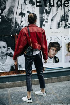 How to rock 80s 90s big shoulders leather jacket fashion trend with Stan Smith sneakers