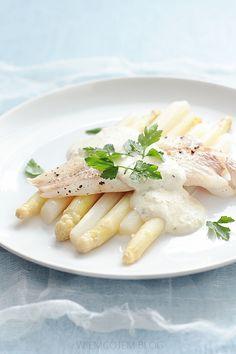 Wiem co jem: Filet z dorsza z białymi szparagami w ziołowym sosie serowym