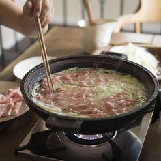 寒くなってくると、無性に食べたくなるアツアツの鍋料理。家族や友人とワイワイ囲むのもいいですが、好きな食材をアレコレ入れて、1人鍋もいいものです。お気に入りの定番鍋をリピートするのも楽しいですが、あたら