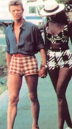 David Bowie Vintage Photographs Prove That Rock Stars Can Rock Short Shorts ~ vintage everyday Pop Rock, Rock And Roll, David Bowie Fashion, Modern Vintage Fashion, Vintage Rock, Rock Style, Classic Rock, Vintage Photographs, Vintage Beauty