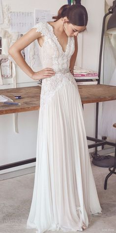 Luxury Lace Beach Wedding Dresses 2017 V-Neck Sleeveless Sexy Floor Length Bridal Gowns Woman Beading Vestido De Noiva