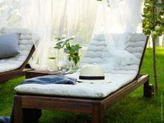 Skapa en loungekänsla i trädgården och slappa hela dagen med skönaste ÄPPLARÖ solsäng under SOLIG nät.