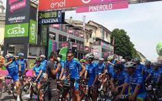 ecco come Mediolanum coinvolge al Giro l'articolo spiega come la banca Mediolanum, sponsor ufficiale della maglia azzurra, si sia impegnata durante tutte le tappe per creare empatia sul suo marchio e ottenere così apprezzamento da clienti