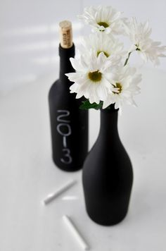 7 wine bottle centerpieces to DIY for your wedding! 7 wine bottle centerpieces to DIY for your weddi Old Glass Bottles, Painted Wine Bottles, Liquor Bottles, Bottles And Jars, Chalkboard Wine Bottles, Paint Bottles, Diy Bottle, Wine Bottle Crafts, Bottle Art