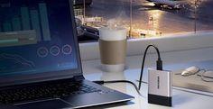 Nuevo SSD portátil de Samsung: USB-C y 2 TB en apenas 50 gramos   Una de las unidades SSD externas más conocidas y prestigiosas del mercado la serie T de Samsung tiene una nueva evolución. El nuevo dispositivo Samsung T3 avanza en capacidad y conectividad sin renunciar a un diseño muy compacto y poco peso.  El SSD portátil T3 se puede conseguir ya con una capacidad de hasta 2 TB haciendo uso de la tecnología V-NAND de la propia compañía. La velocidad de acceso máxima que permite es de 450…