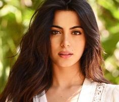 Emeraude Toubia is an American actress and model born in Quebec, Canada. She is known for her lead role as Isabelle Lightwood in the Freeform fantasy TV series Shadowhunters. Isabelle Lightwood, Pretty People, Beautiful People, Female Character Inspiration, Gal Gadot, Woman Face, Dark Hair, Girl Crushes, Gorgeous Women