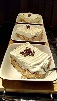 Τόσο εύκολο γλυκό που δεν θα το πιστεύετε !!! ΣΥΝΤΑΓΗ ΑΠΛΑ ΚΑΙ ΓΡΗΓΟΡΑ: Σπάμε.σε ένα τάπερ,η ταψί 2 πακέτα μπισκότα πτι μπερ Παπαδ... Greek Sweets, Greek Desserts, Ice Cream Desserts, Party Desserts, Summer Desserts, Pastry Cook, Chocolate Sweets, Icebox Cake, Desert Recipes