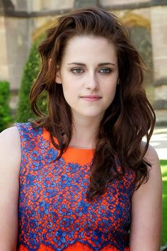 See pictures of Kristen Stewart& hair and make-up in Twilight and on the red carpet. Kristen Stewart hairstyles through the years. Bella Swan, Kristen Stewart And Stella, Kristen Stewart Pictures, Christine Stewart, Kirsten Stewart Style, Most Beautiful Hollywood Actress, Beautiful Actresses, Stella Maxwell, Robert Pattinson