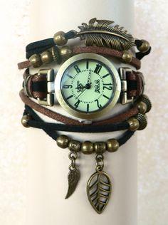 Montre femme bijou Boho Aile et Feuille; bracelet multirangs suédine marron et noire ; métal couleur bronze : Montre par l-oiseau-seraphine