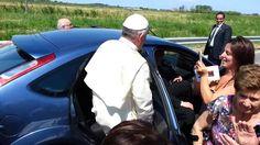 Papa Francisco para o carro em estrada para abençoar jovem doente