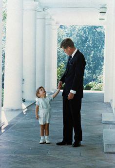 IlPost - Il presidente Kennedy con suo figlio John Jr. fuori dalla Casa Bianca nel 1963 (AP Photo) - Il presidente Kennedy con suo figlio John Jr. fuori dalla Casa Bianca nel 1963 (AP Photo)