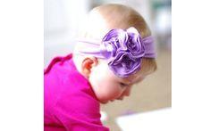 Flores roxas em uma faixa da mesma cor são uma opção legal para as meninas. Foto: Pinterest/Katie Campbell