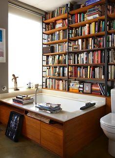 estante de livros no banheiro!