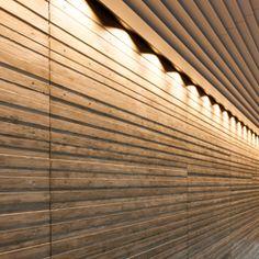 SHIMIZU CORPORATION HQ 低層部のコアウォールの仕上げには、杉板をコンクリート型枠として用い、打設により杉の木目や色をコンクリートにうつしこみました。杉板は当社・東京木工場の職人の手仕事により、表面に浮造りを施しました。その板を型枠とし、5㎜の凹凸を付け、組み上げました。
