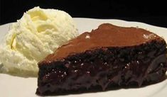 A recipe for a flourless chocolate cake with semi-liquid center is presented. Flourless Chocolate Cakes, Chocolate Desserts, Sweet Recipes, Cake Recipes, Dessert Recipes, Desserts Ostern, Restaurants, Gluten Free Cakes, Recipe For 4