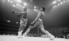 Muhammad Ali was one of the most inspiring athletes in history. Here are 30 of the greatest Muhammad Ali quotes to inspire you to achieve your own goals. Muhammad Ali Boxing, Muhammad Ali Quotes, Citation Mohamed Ali, Muay Thai, Muhammad Ali Wallpaper, Boxe Mma, Poses, Vive Le Sport, Foto Sport