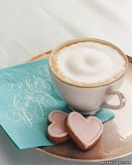 Café pausado, tranquilo, femenino.