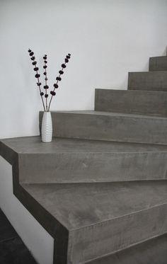 Die Betontreppe wirkt im Kontrast mit der weißen Wand und durch ihre Einfachheit shr modern.  - via  betonlook.blogspot.de