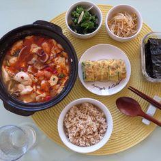 seafood soft tofu stew. 오늘 아침은 날씨가 시원하여 해물 순두부 찌개를 끓이고 계란말이와 올리브기름에 볶은 어린 브라컬리 그리고 냉장고에서 콩나물 무침 꺼내어 냠냠