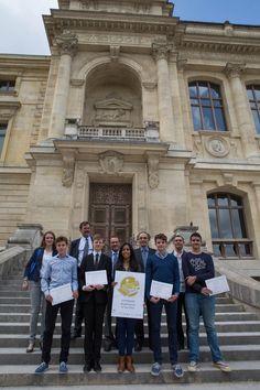 Les lauréats récompensés et leur professeur avec les différents partenaires des Olympiades de Géosciences - Photo SAAMD2