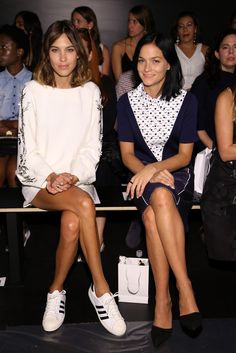 Alexa Chung Photos Photos - Noon By Noor - Front Row - Spring 2016 New York Fashion Week: The Shows - Zimbio Trendy Fashion, Girl Fashion, Fashion Outfits, Fashion Trends, Alexa Chung Style, Alexa Chung Hair, White Shift Dresses, Looks Street Style, Fashion Week 2016