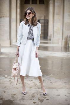 falda blanca - camiseta estampada blanco & negro - cazadora azul