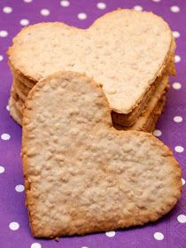 Maybe heart shaped crackers. Eat Your Heart Out, Heart Cookies, Crackers, Biscuits, Cupcakes, Sweets, Bread, Shapes, Make It Yourself