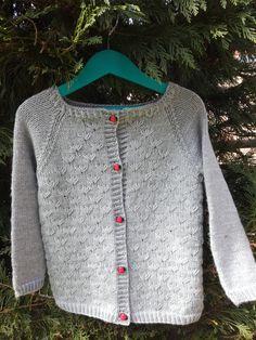 j'ai fait le gilet Dandelion de Along avec Ana pour ma fille.  Elle commence à mettre du 3 ans, je lui ai donc tricoté la taille 4 ans.