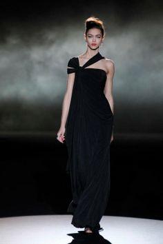 Vestido de fiesta largo en color negro con escote asimétrico y manga corta en terciopelo - Foto Badgley Mischka