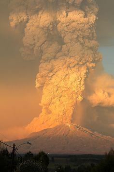 世界の終わりのような噴煙を上げるチリ・カルブコ火山の噴火の様子を撮影した写真と映像 - DNA