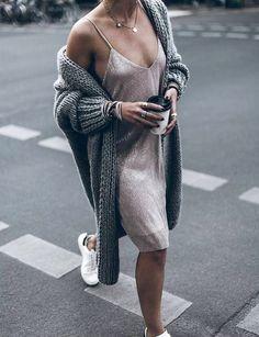 Maxi gilet + slip-dress + baskets blanches = le bon mix