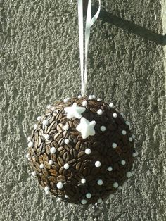 Závěsná vánoční koule z kávových zrn.