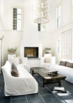 dekorativer offener Kamin in einer weißen Loft-Wohnung