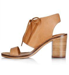 Des sandales lacées