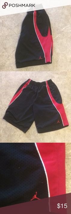 Men's Jordan shorts BlAck and red men's Jordan shorts. 2 front pockets. Bought off posh, nothing wrong with, my son just likes them a lil above knee is all. These are about 24 inches from waistband to end of short hem line Jordan Shorts Athletic