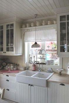 White vintage kitchen.  Shabby Chic Con Amore - Casa Shabby Chic.: Fonte d'ispirazione dal nord.  #white #kitchen #chic #shabby #cottage #farm #country