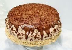 Lekki i delikatny tort truflowy to idealna propozycja na urodziny oraz inne ważne uroczystości. Deser składa się z 4 warstw nasączonego alkoholem czekoladowego biszkoptu, kremu śmietankowego, kremu wykonanego na bazie cukierków trufli oraz czekoladowej polewy. Polish Desserts, No Bake Desserts, Cinnamon Roll Pancakes, Arabic Sweets, Sweet Cakes, No Bake Cake, Cake Recipes, Food And Drink, Yummy Food