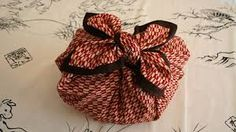 When I was in Japan I fell in love with Furoshiki- the art of Japanese gift wrapping. For the Japanese, wrapping a gift is not about obscur. Japanese Gift Wrapping, Japanese Gifts, Unusual Christmas Gifts, Christmas Gift Wrapping, Bento, Furoshiki Wrapping, Traditional Japanese Art, Making Ideas, Unique Gifts