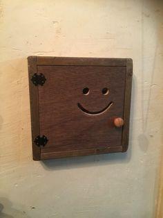 電気のスイッチを隠すなとキーボックスを兼ねて製作しました。キーボックスのみの製作も可能です。また色などもご要望があれば、お作りします。アンテーク加工なども可能です。(別途追加料金がかかります。)ニコちゃんがお部屋の中で癒しの存在になりますよ^_^注文を頂いてからの製作になりますので、1週間〜2週間ほどかかります。