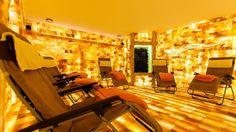 """Der Raum """"Salzarium"""" ist mit 12 Tonnen Himalaya-Salz aus Pakistan an den Wänden und auf dem Fußboden ausgestattet. Fotograf: Frank Erpinar, http://www.erpinar.de"""