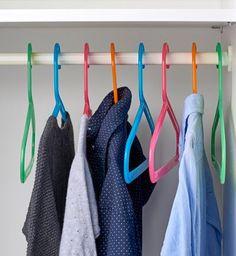 IKEA Deutschland | BAGIS Kleiderbügel sind aus sicherem, biegsamem Kunststoff und gehen so schnell nicht kaputt oder verlieren die Form - wie sehr Kinder das auch probieren. Sie sind an Kinderkleidung angepasst und in vielen Farben erhältlich. #Aufbewahren #Aufhänger #Kleiderbügel #Bügel