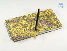 Libreta hecha a mano reciclando dos páginas de un viejo ejemplar de un libro de «¿Dónde está Wally?».